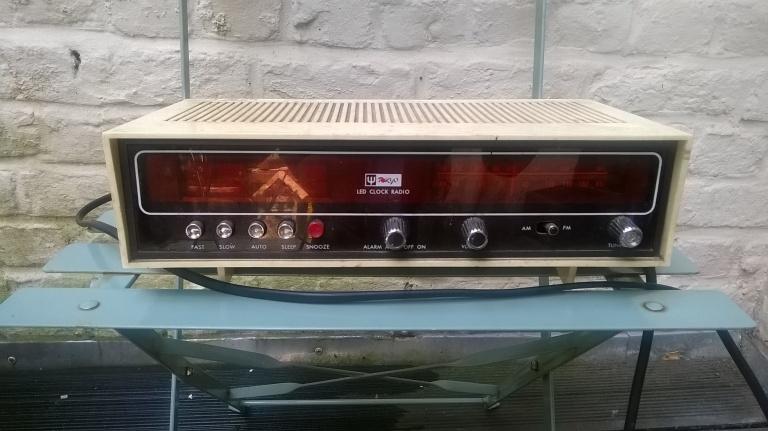 Vieux radio-réveil pour customiser la cuisine du fils